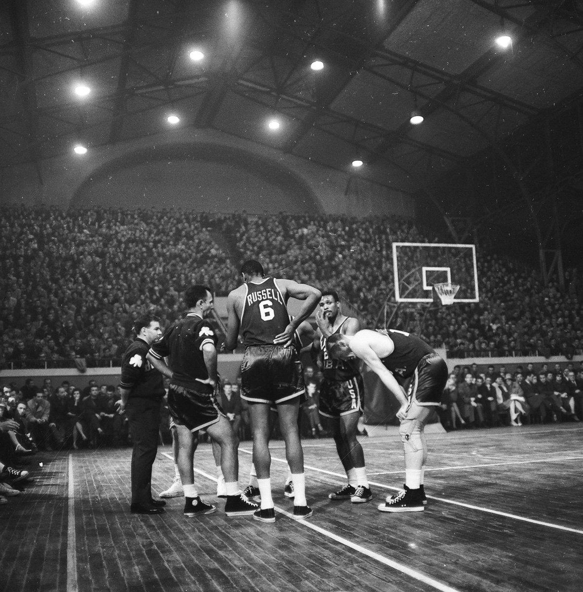 Bill Russell i gwiazdy NBA podczas meczu z AZS AWF Warszawa w Hali Mirowskiej w 1964 r. #koszwwa (@rightbankwarsaw) https://t.co/B1ELbMjV4S