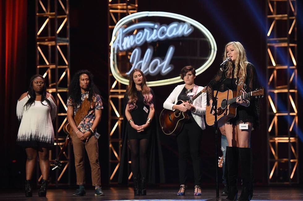 #HOLLYWOODWEEK CONTINUES TONIGHT! RETWEET IF YOU'LL BE WATCHING ❤️ #EmsGems