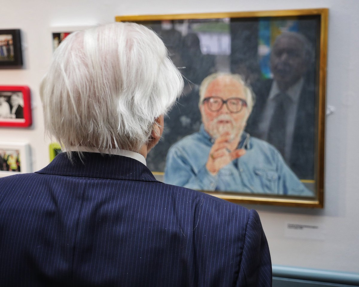 A poignant image of Sir David reflecting on a painting of his brother, Lord Attenborough #SirDavidAtLeicester https://t.co/X6IMDYjLjj