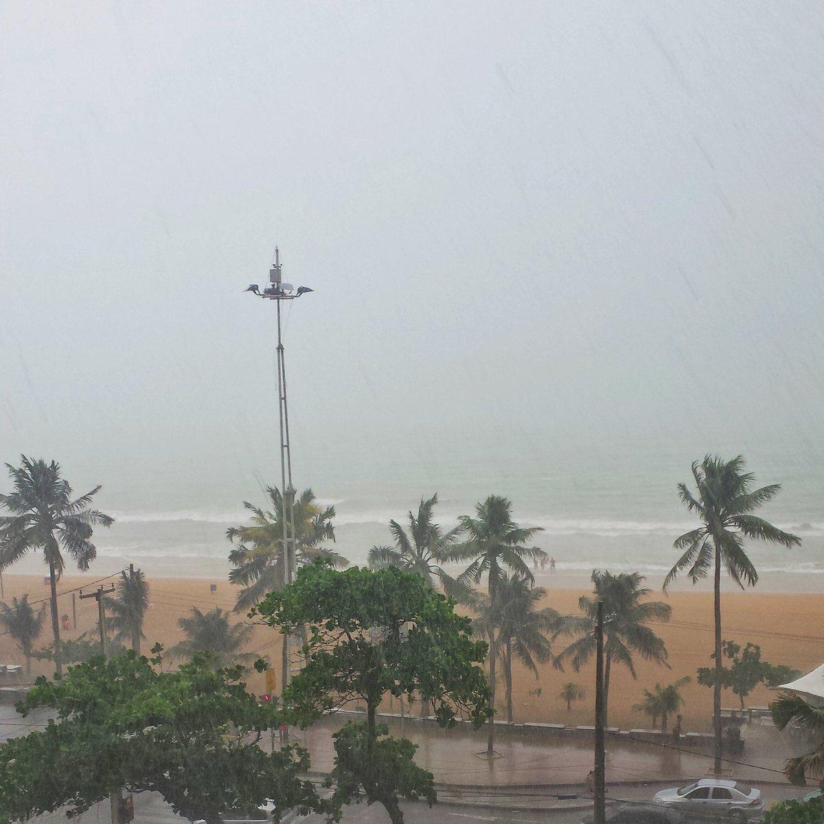 Tromba d'água em Boa Viagem. #Recife #Raincife. @DiarioPE @jctransito https://t.co/hNQtaMLMlw