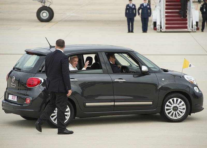 Venduta all'asta la Fiat 500L nera di Papa Francesco