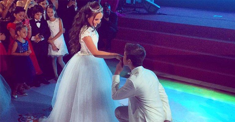 Com o namorado  joaoguiavila, Larissa Manoela vira princesa em sua festa de  15 anos 0ee43c81c8