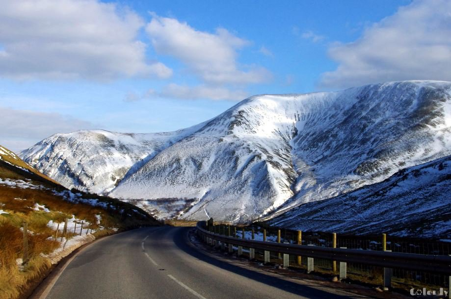 Winding through the mountains on the beautiful Oerddrws Pass.  #Wales #Gwynedd #Snowdonia #A470 https://t.co/cMdVUv3fy6