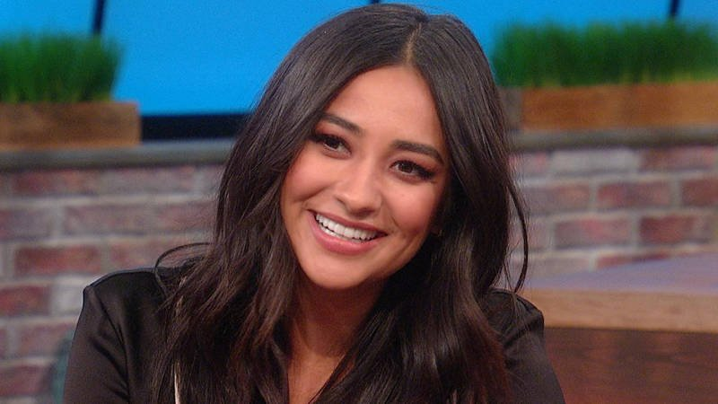 .@ShayMitch dishes on the 5-year leap forward on @PLLTVSeries. #PLL https://t.co/wmKzVRHMpL https://t.co/nEmL1MtWsG