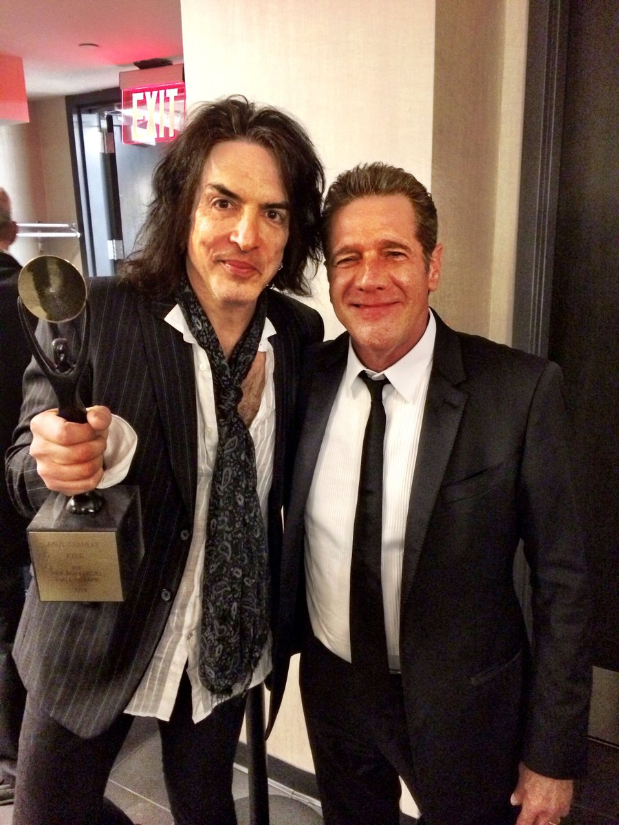 SHOCKED to report the death of GLENN FREY. Eagle & brilliant songwriter. We shared some memories at RRHOF. Shocked.. https://t.co/0uVYgaKVIT