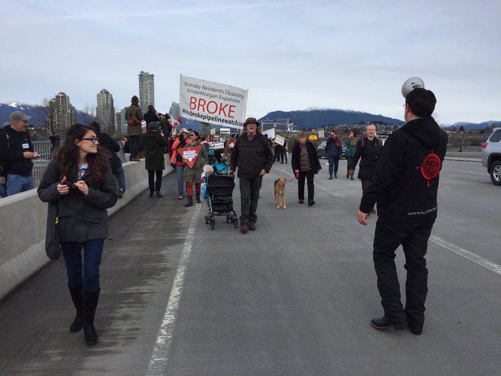 #Burnaby #KinderMorgan protest shuts down lane on Willingdon overpass https://t.co/sStjK0BXxL