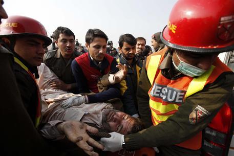 Pakistan, tre kamikaze fanno strage all'accademia di polizia