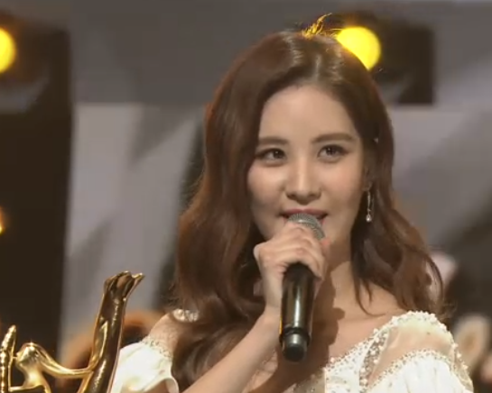 [PICS] 160120 Taeyeon, Seohyun @ Stage at the 2016 Golden Disk Awards CZKqA3EUMAE2yVa