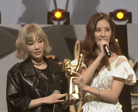 [PICS] 160120 Taeyeon, Seohyun @ Stage at the 2016 Golden Disk Awards CZKqA5yVIAA69aP