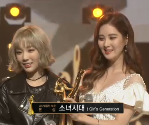 [PICS] 160120 Taeyeon, Seohyun @ Stage at the 2016 Golden Disk Awards CZKqBADUgAAfOXQ