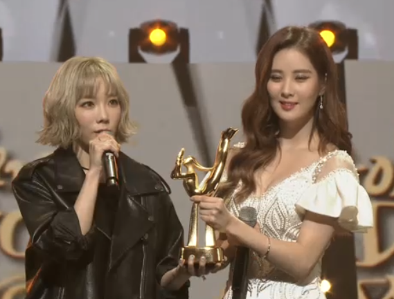 [PICS] 160120 Taeyeon, Seohyun @ Stage at the 2016 Golden Disk Awards CZKqBAgVAAArHCa