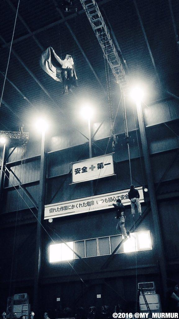 蔵出し写真。倉庫のようなリハーサルスタジオで、スタッフの皆さんが見上げるなか初フライ!本番はこれよりもっと高く上がって歌いました。ホント何屋さん?って感じですね(笑)