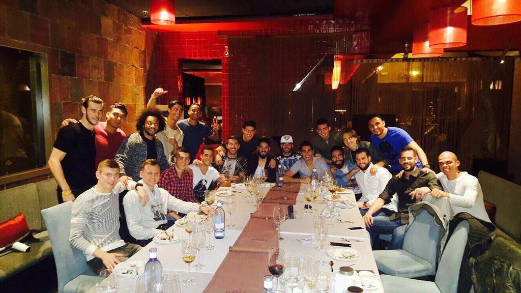 Cena de equipo. ¡¡Vamoos!!/ Team dinner. Let's go!!! ������������ #silk&soya https://t.co/gbhYHChUzF
