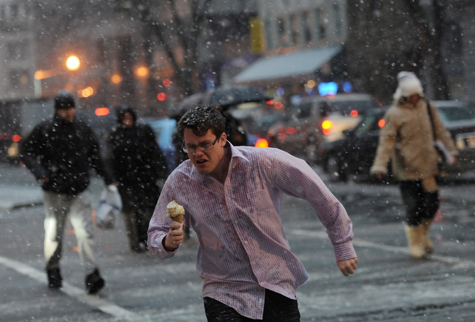 This was on WaPo's front page in 2011 and is one of my all-time favorite DC snow pictures https://t.co/lCCmWeav7J https://t.co/jkOHrhbKNJ