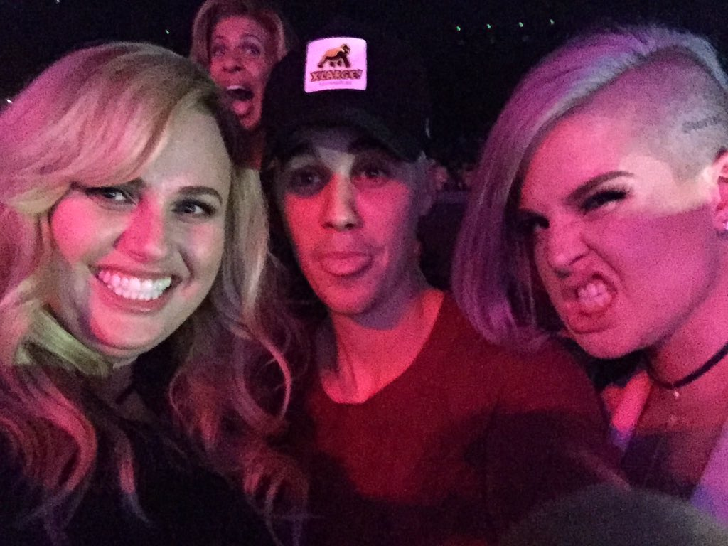 #photobomb @justinbieber @KellyOsbourne @RebelWilson @JLo @TODAYshow https://t.co/77pzNfYvQz