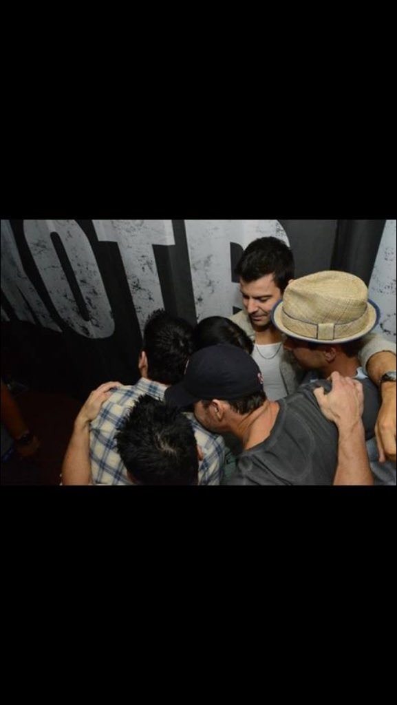 Happy #nationalhugday @nkotb @donniewahlberg @dannywood @joeymcintyre @jordanknight @JonathanRKnight ❤️ https://t.co/3i1mXKUKBz