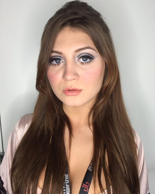 Loving this 60s makeup I did on @missjojokiss for #AVN #AVNawards2016 #makeupartist ❤️ https://t.co/