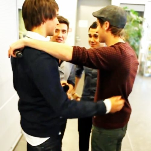 Happy #NationalHugDay! #tbt #bigtimerush #brothers https://t.co/dE04WvDCo3
