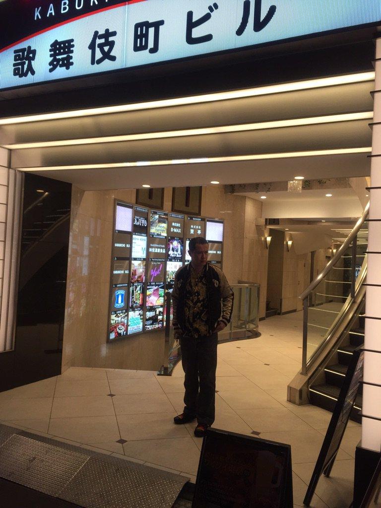 【龍が如く極】を買いに来たら、歌舞伎町に田中シンジがいた‼︎‼︎ https://t.co/Sn4Ih7icbs
