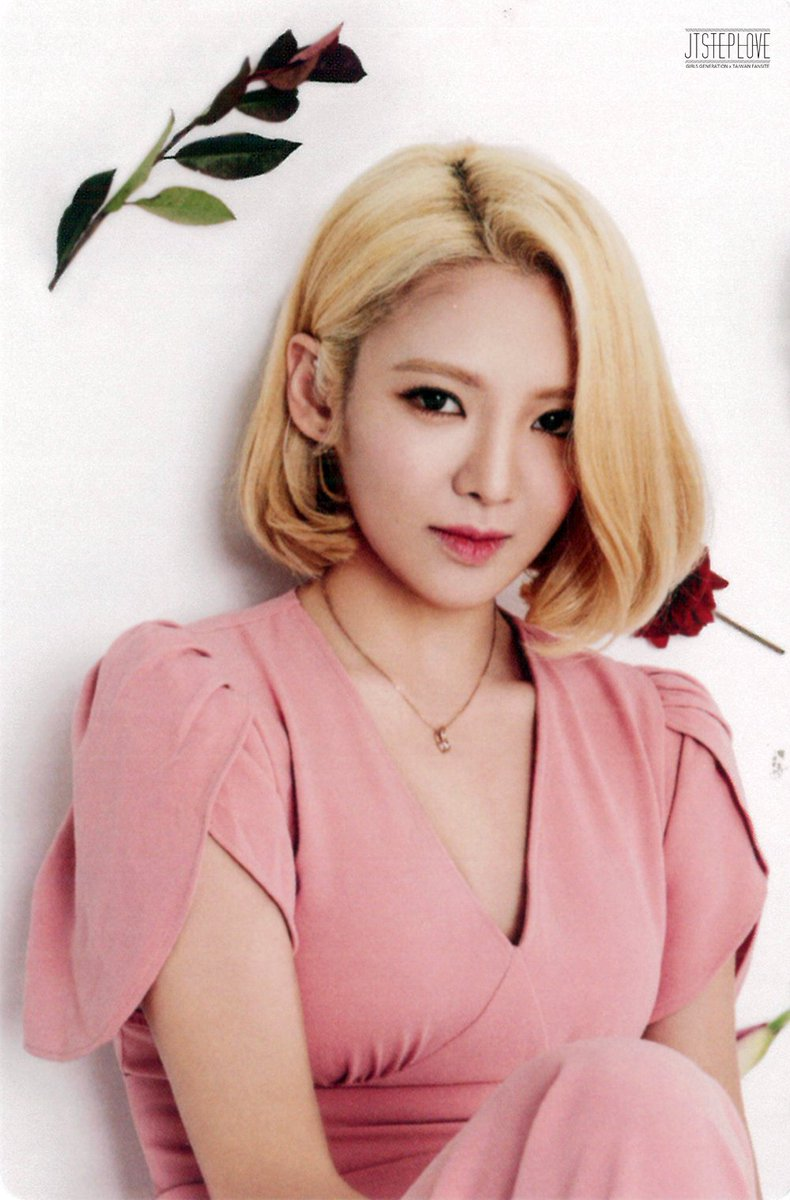 [SCAN] Hyoyeon - 2016 Season Greeting Mini Calendar CZVSdZAUEAAnk0E