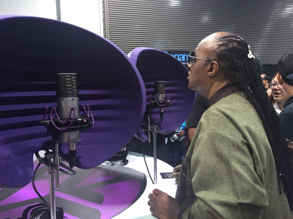 aston microphones on twitter the amazing stevie wonder trying our origin and spirit mics at. Black Bedroom Furniture Sets. Home Design Ideas