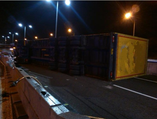 (2 of 2) Images of overturned lorry #M5 N/B J5 to J4A. If you're stuck in closed section, we'll release you ASAP. https://t.co/R2mKQwrOE0