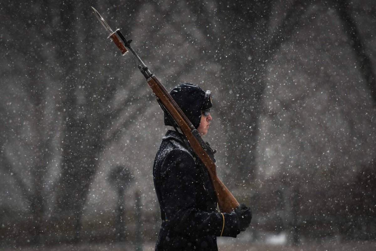 .@The_Old_Guard stands guard at Tomb of Unknowns during historic snowstorm #blizzard2016 https://t.co/2Rd6tdMqQr https://t.co/sl1z9h4Brv