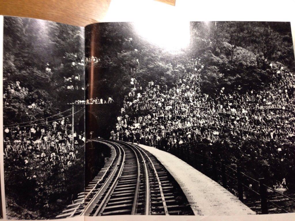 今の鉄道マニアがすげー気持ち悪いって言われてるけど、SL終焉ブームの時の山にへばりつくマニアのカタマリも結構キモい気がするぞ...。 https://t.co/00DKcxjrbs