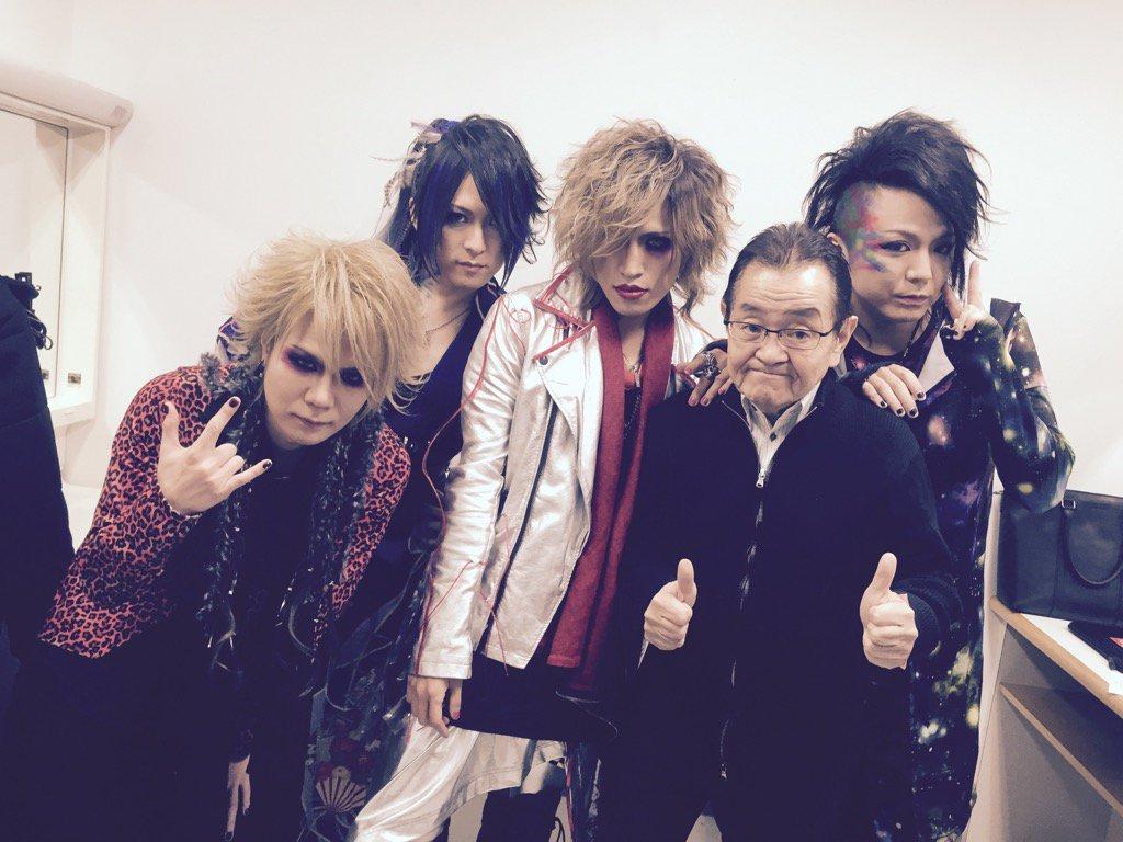 突然!猟牙がステージ上でBORN解散を発表!!ファイナルは5.26ゼップDC東京。 バンドはOKしてくれたけど、不似合いな写真になってしまったなぁ…。 https://t.co/4l45ek8K9k