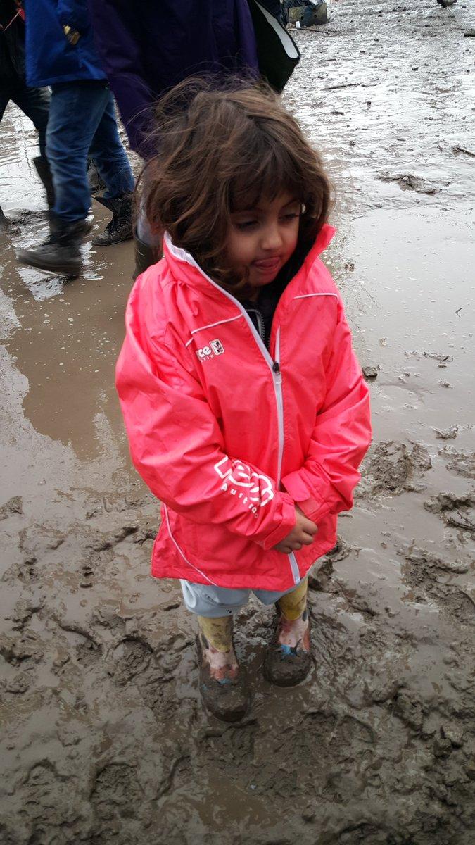 Ze stond zwijgend in de modder. Laarsjes, sweater, bodywarmertje. Ik mocht haar dit jasje aandoen. Duinkerken. 2016. https://t.co/wKghza1q7L