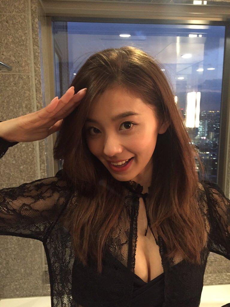 セクシー衣装の朝比奈彩さん
