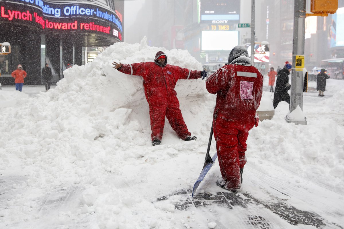 #NewYork declares emergency, 'Please stay home, don't drive out' https://t.co/g6y9popZXm  #Snowzilla https://t.co/NeF2nZ6kg9
