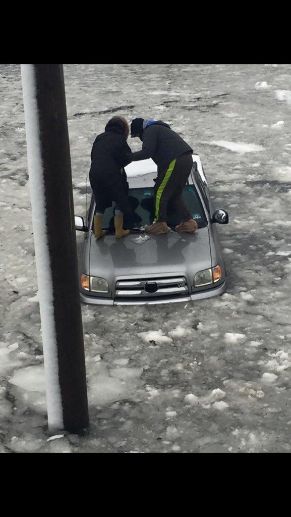 This is happening right now in Ocean City, New Jersey #blizzard2016 https://t.co/7gISbgonYe