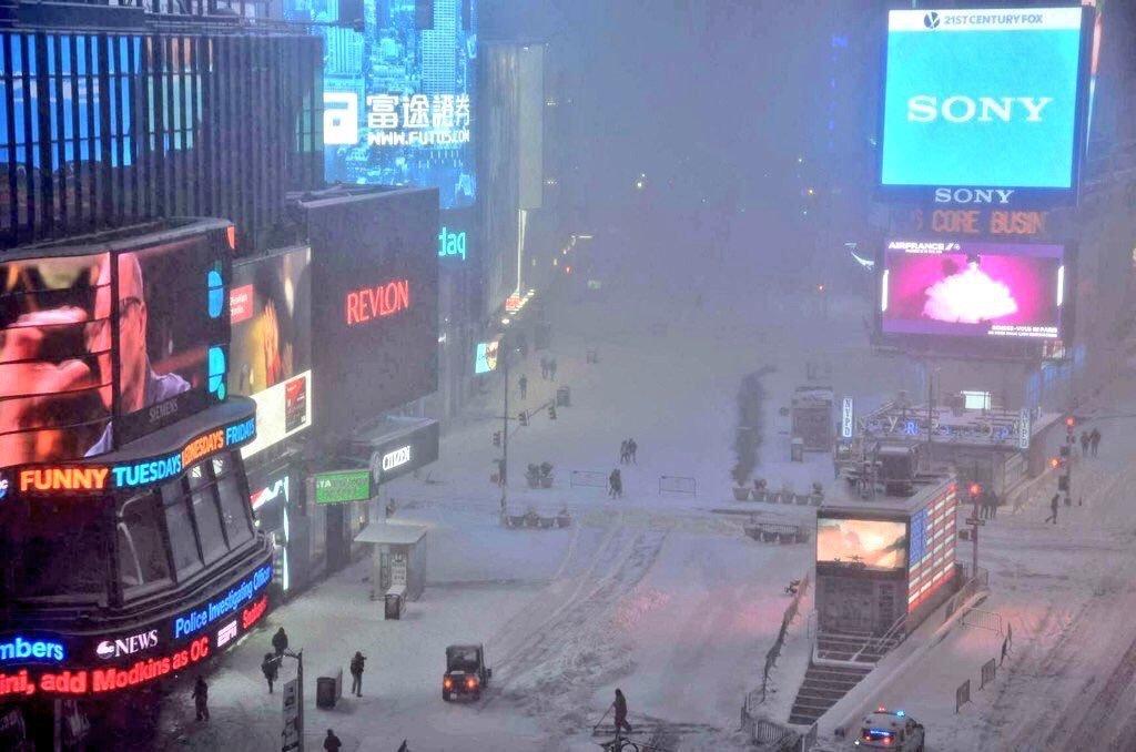 Times Sq under Jonas Blizzard by @nyconly #NYC #jonasblizzard https://t.co/6vLMhy52o7 https://t.co/lABIgi4r5v