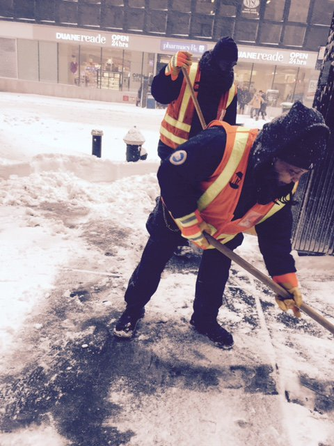Our crews are working hard to remove snow from stations throughout the system during this #winterstorm https://t.co/fyY1rSJnOA