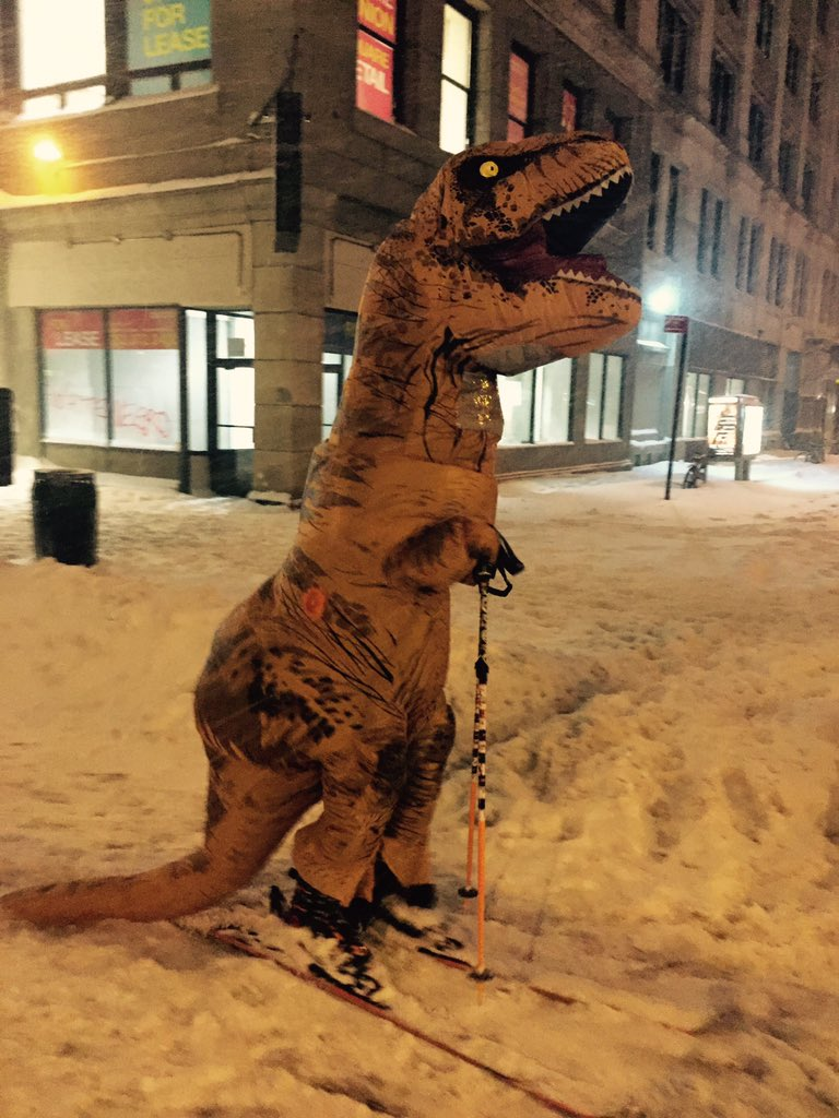 A dinosaur sighting in #NYC during #snowmaggedon2016 https://t.co/sMvBOZJNI2