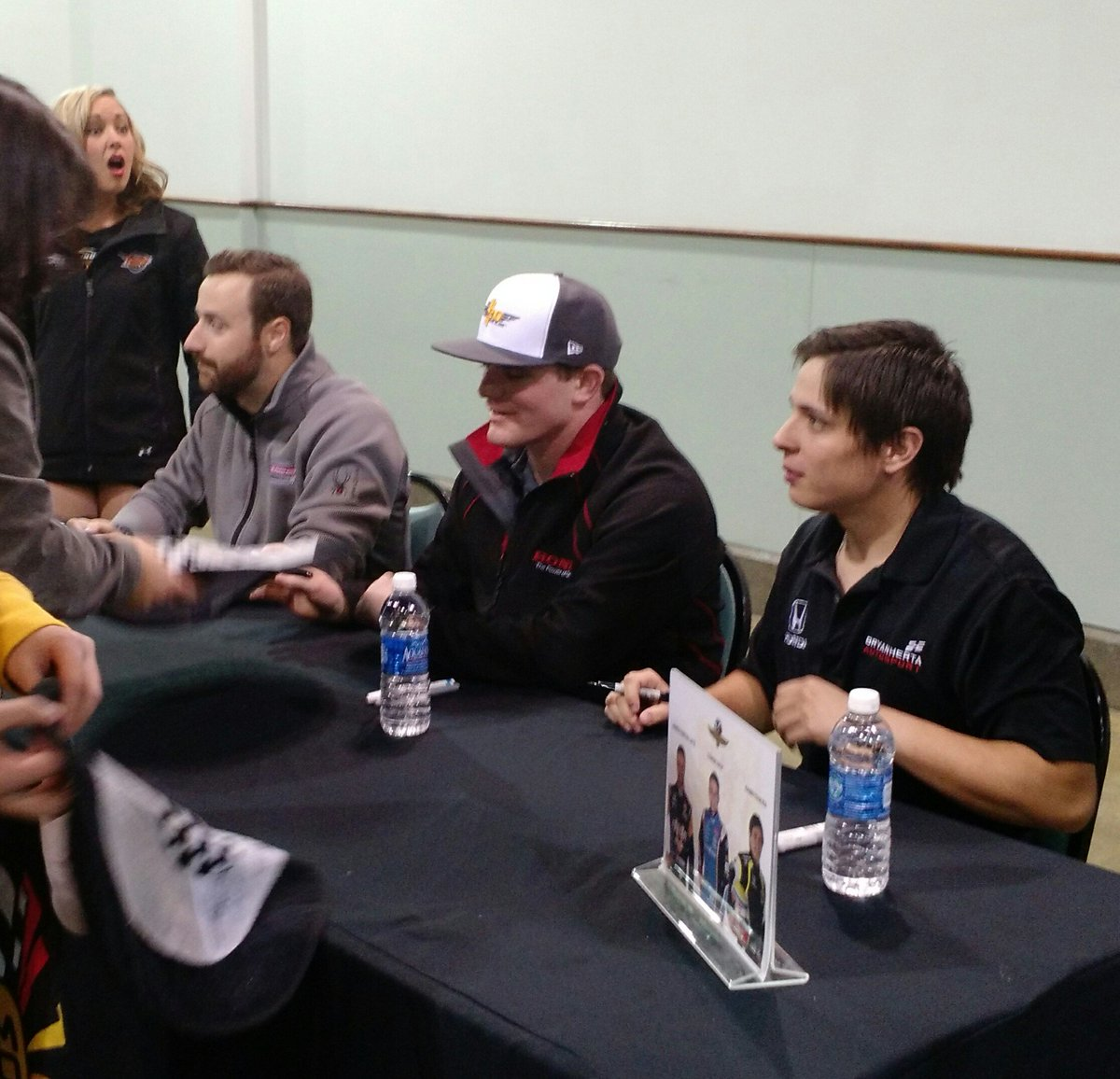 At @IndyFuel's @IMS Night, @IndyCar drivers @Hinchtown, @ConorDaly22 & @GabbyChaves sign autographs for fans. https://t.co/Xa0zmnZe3N