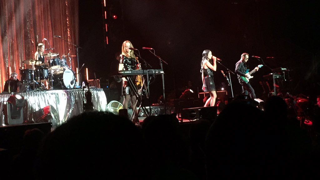 London loved you last night :) @TheCorrsMUsic @ACorr_Official @Jimcorrsays @CCorr_Official @Sharon_Corr #TheCorrs https://t.co/db3ekrth1q