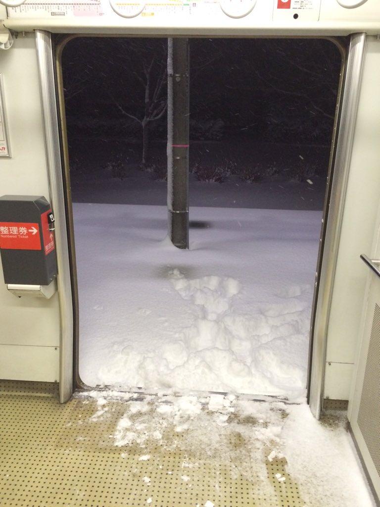 都城駅から鹿児島中央駅行きの電車が山の中で止まって、駅員さんがドア開けたままどっかに行ってしまって約1時間・・・