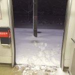 吹雪の中、駅員がドアを開けたまま出て行って帰ってこない...地獄の数時間...