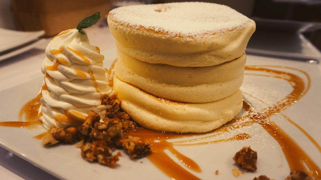 今日はホットケーキの日ですが、タイムラインがホットケーキだらけになることが予想されますので、あえてふわっふわのパンケーキの写真を流しておきますね。#ホットケーキの日#今日は何の日 pic.twitter.com/4Sb4LcIa2Z