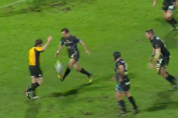 (WalesOnline):#Morgan #Parra&#39;s moment of madness that cost Clermont Auvergne a spot in..  http://www. newsoneplace.com/article/168199 21509/morgan-parra-clermont-auvergne-european-champions-cup-quarter-finals-moment-madness &nbsp; … <br>http://pic.twitter.com/RFWbYeIk4V