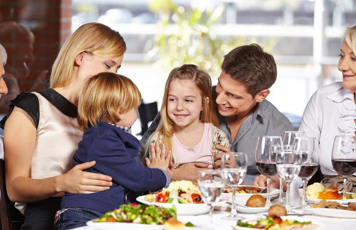 family eating at restaurant - HD5616×3744