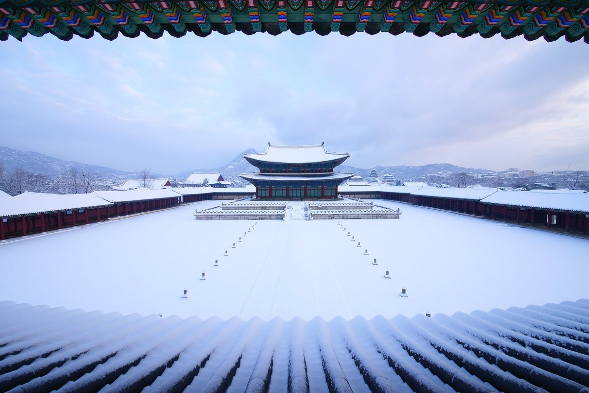 Gyeongbokgung Palace in Seoul covered in snow. https://t.co/dDvaPbBHxA