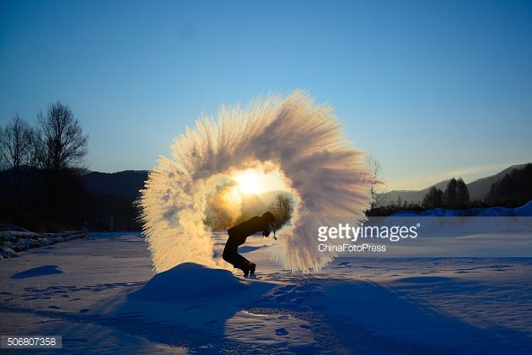 Incredible shot of water freezing mid air in Changchun, China https://t.co/ksrOIsyfkg https://t.co/WcF5ER8I92