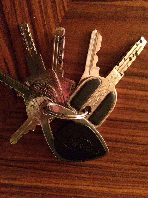 Tiens on va voir si Twitter va retrouver la propriétaire de ces clés, trouvées à Voltaire, Paris 11e #clefs