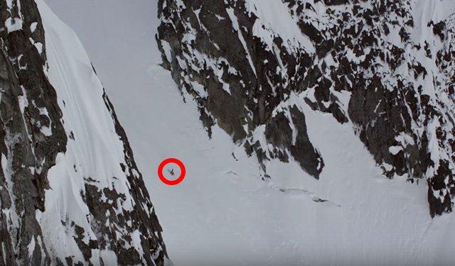 Angel Collinson mentre cade rovinosamente in Alaska