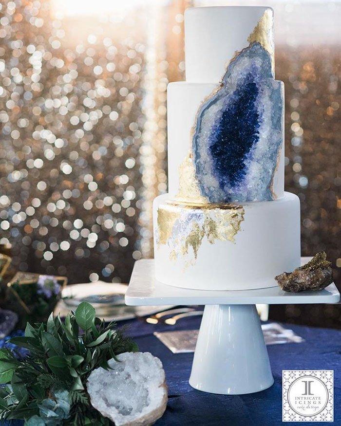 ケーキを削ったら鉱物が出てきたみたい。エディブル(食用可能)なお砂糖だけでつくられた「アメジストのウェディングケーキ」boredpanda.com/amethyst-weddi…ケーキマスターのレイチェルさんによる制作。とてもリアル。 pic.twitter.com/jML9MPf83M