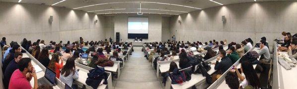 Da gusto ver llena el aula 6 de @fcomunav. Cientos de alumnos escuchan y dialogan con Steiger. https://t.co/6WLwD9OsC6