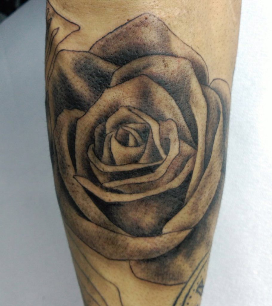 Atomic Tattoo On Twitter Tattoo De Una Rosa En Blanco Y Negro Con